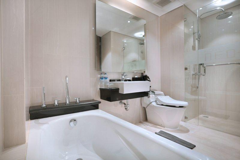 Hotel Neo Kuta Legian Badezimmer