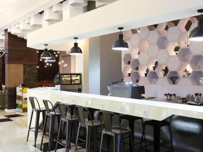 Berry Biz Hotel Bar